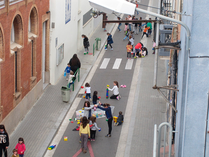 Ejemplo de patio escolar en la calle, cerrando temporalmente la calle al tráfico motorizado.