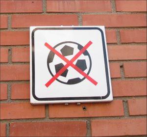 Prohibición de pelotas, o canastas de baloncesto con horario de uso, contrastan con el peligro que generan los coches (que nunca se nos ocurriría prohibir) o con el ruido que genera el tráfico las 24 horas.